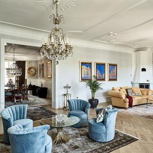 Exempel på ett klassiskt separat vardagsrum, med ett finrum, grå väggar, ljust trägolv, en öppen hörnspis och beiget golv