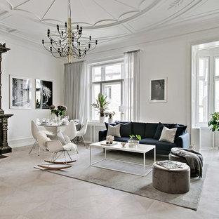 Skandinavisk inredning av ett stort allrum med öppen planlösning, med vita väggar, ljust trägolv, beiget golv, ett finrum och en standard öppen spis