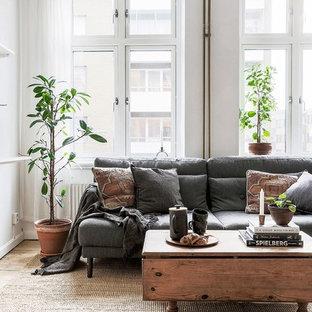 Foto på ett mellanstort minimalistiskt separat vardagsrum, med vita väggar, ljust trägolv och beiget golv