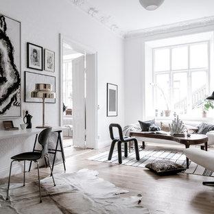 Foto på ett mycket stort nordiskt allrum med öppen planlösning, med ett finrum, vita väggar och ljust trägolv