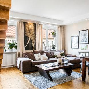 Idéer för att renovera ett mellanstort vintage allrum med öppen planlösning, med beige väggar och mellanmörkt trägolv