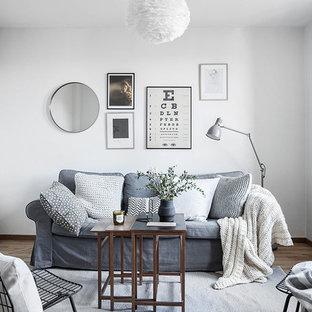 Ispirazione per un soggiorno scandinavo chiuso e di medie dimensioni con sala formale, pareti bianche, parquet chiaro e nessuna TV