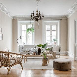 Inspiration för ett mellanstort skandinaviskt separat vardagsrum, med beige väggar, ljust trägolv och beiget golv