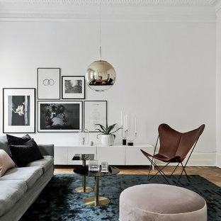 Inspiration för ett minimalistiskt separat vardagsrum, med vita väggar och mellanmörkt trägolv