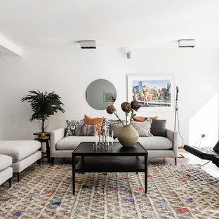 Modern inredning av ett separat vardagsrum, med ett finrum, vita väggar, ljust trägolv och beiget golv