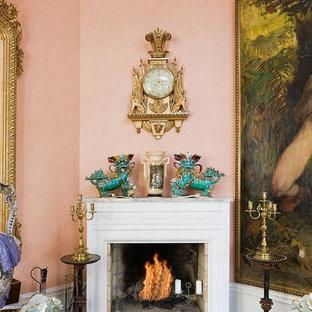 ストックホルムの中サイズのヴィクトリアン調のおしゃれな独立型リビング (フォーマル、ピンクの壁、淡色無垢フローリング、テレビなし、標準型暖炉) の写真