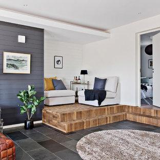 Idéer för ett maritimt allrum med öppen planlösning, med flerfärgade väggar och svart golv