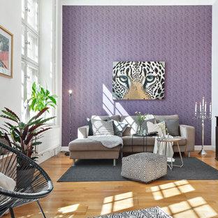 Exempel på ett eklektiskt vardagsrum, med mellanmörkt trägolv, lila väggar, en fristående TV och beiget golv