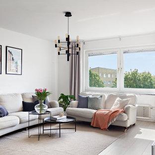 Inspiration för ett nordiskt vardagsrum, med vita väggar, ljust trägolv och beiget golv
