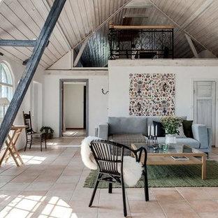Foto på ett mellanstort minimalistiskt loftrum, med vita väggar och beiget golv