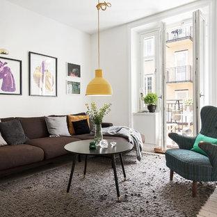 Bild på ett mellanstort funkis separat vardagsrum, med vita väggar, ljust trägolv och ett finrum