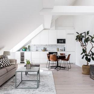 Bild på ett minimalistiskt allrum med öppen planlösning, med vita väggar, mellanmörkt trägolv, en fristående TV och beiget golv
