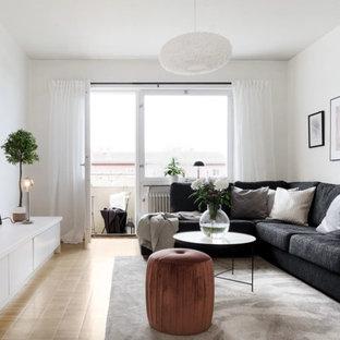 Idéer för att renovera ett vintage vardagsrum, med vita väggar, ljust trägolv och beiget golv