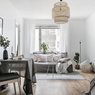 Foto på ett litet minimalistiskt separat vardagsrum, med vita väggar, ljust trägolv och beiget golv
