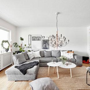 Inspiration för ett mellanstort nordiskt vardagsrum, med vita väggar, ljust trägolv och beiget golv