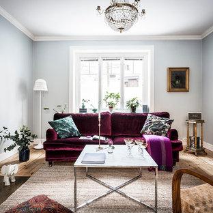 Inspiration för mellanstora minimalistiska vardagsrum, med ett finrum, blå väggar och ljust trägolv