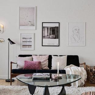 Bild på ett skandinaviskt separat vardagsrum, med vita väggar, mellanmörkt trägolv och beiget golv