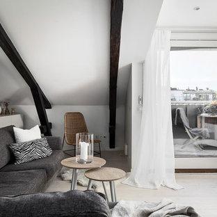 Inspiration för ett mellanstort skandinaviskt vardagsrum, med vita väggar, beiget golv och ljust trägolv