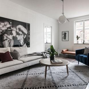 Inspiration för ett skandinaviskt separat vardagsrum, med ett finrum, vita väggar, mörkt trägolv och brunt golv