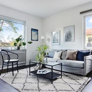 Idéer för minimalistiska vardagsrum, med vita väggar, mörkt trägolv och svart golv