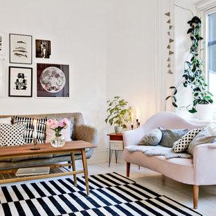 Inredning av ett skandinaviskt stort allrum med öppen planlösning, med vita väggar, målat trägolv och ett finrum