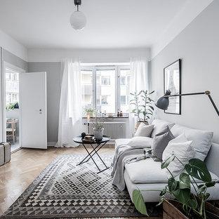 Exempel på ett mellanstort nordiskt separat vardagsrum, med grå väggar, mellanmörkt trägolv och brunt golv