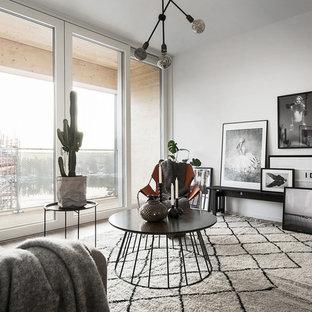 Idéer för att renovera ett mellanstort nordiskt vardagsrum, med vita väggar och ljust trägolv
