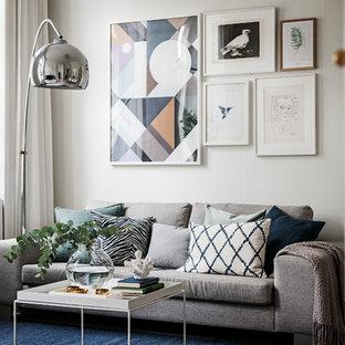 Idéer för ett minimalistiskt vardagsrum, med vita väggar, ljust trägolv och beiget golv