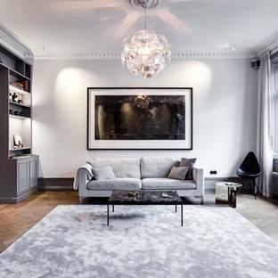 Idéer för ett stort minimalistiskt separat vardagsrum, med ett finrum, vita väggar, mellanmörkt trägolv och brunt golv