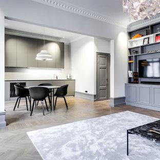 Imagen de salón contemporáneo, de tamaño medio, con paredes blancas, suelo de madera clara y suelo beige