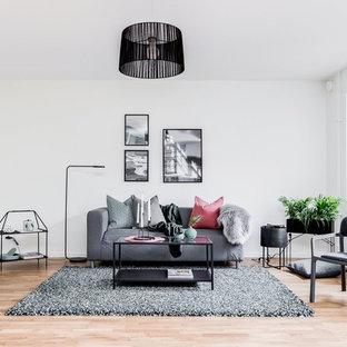 Bild på ett skandinaviskt separat vardagsrum, med vita väggar, ljust trägolv och beiget golv
