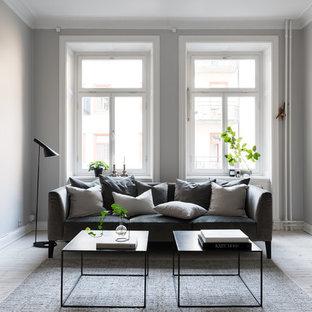 Foto på ett mellanstort minimalistiskt separat vardagsrum, med grå väggar och ljust trägolv