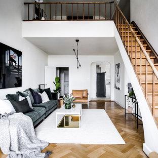 Exempel på ett mellanstort minimalistiskt loftrum, med vita väggar, beiget golv, ett finrum och ljust trägolv