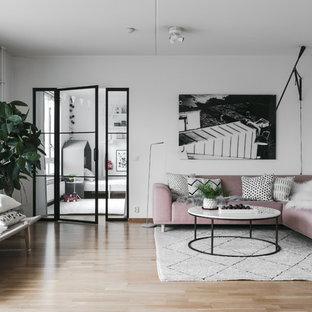 Foto på ett mellanstort minimalistiskt vardagsrum, med vita väggar, mellanmörkt trägolv och beiget golv