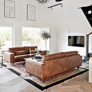 Idéer för stora funkis allrum med öppen planlösning, med vita väggar, ljust trägolv, beiget golv och en väggmonterad TV