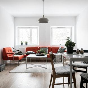 Inspiration för ett litet skandinaviskt allrum med öppen planlösning, med vita väggar, ljust trägolv och beiget golv