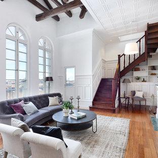 Inspiration för klassiska vardagsrum, med ett finrum, vita väggar, mellanmörkt trägolv, en standard öppen spis och brunt golv