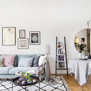Immagine di un soggiorno nordico di medie dimensioni e aperto con sala formale, pareti bianche, parquet chiaro e nessuna TV