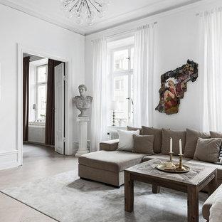 Foto på ett stort eklektiskt allrum med öppen planlösning, med vita väggar, ljust trägolv och ett finrum