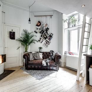 Diseño de salón para visitas escandinavo, de tamaño medio, con paredes blancas y suelo de madera clara