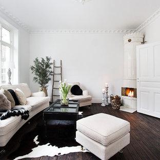 Imagen de salón para visitas abierto, escandinavo, sin televisor, con paredes blancas, suelo de madera oscura y chimenea de esquina