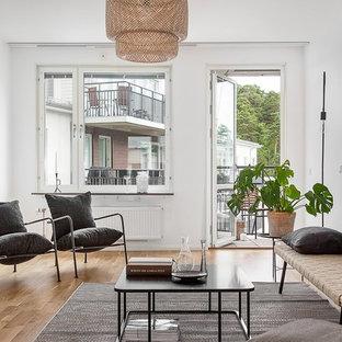 Inspiration för mellanstora minimalistiska separata vardagsrum, med vita väggar och ljust trägolv