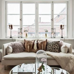Inspiration för skandinaviska allrum med öppen planlösning, med vita väggar och ljust trägolv