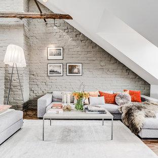 Diseño de salón abierto, nórdico, grande, sin chimenea y televisor, con paredes blancas, suelo de madera en tonos medios y suelo marrón