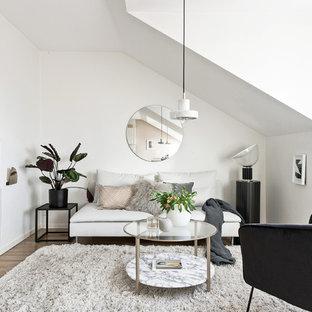 Bild på ett litet nordiskt loftrum, med ett finrum, vita väggar, ljust trägolv och beiget golv