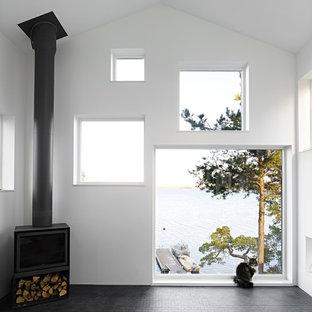 Idee per un grande soggiorno nordico aperto con sala formale, pareti bianche, pavimento in ardesia, stufa a legna e nessuna TV