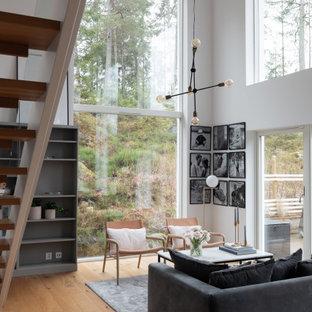 Exempel på ett mellanstort modernt allrum med öppen planlösning, med ett finrum, vita väggar, ljust trägolv och beiget golv