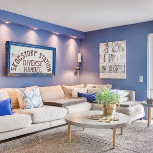 Inspiration för ett nordiskt vardagsrum, med blå väggar, ljust trägolv och beiget golv