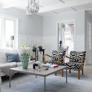 Inspiration för klassiska separata vardagsrum, med ett finrum, vita väggar och ljust trägolv