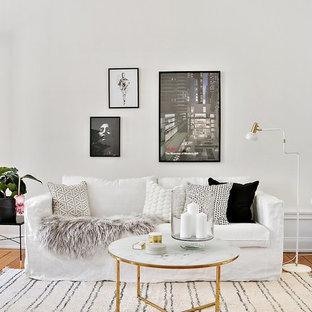 Modelo de salón cerrado, minimalista, con paredes blancas, suelo de madera en tonos medios y suelo naranja